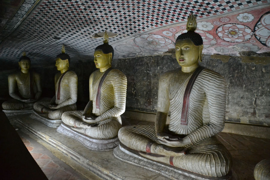 Statyer i en tempelgrotta