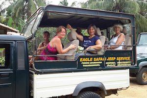 Turister i en Jeep